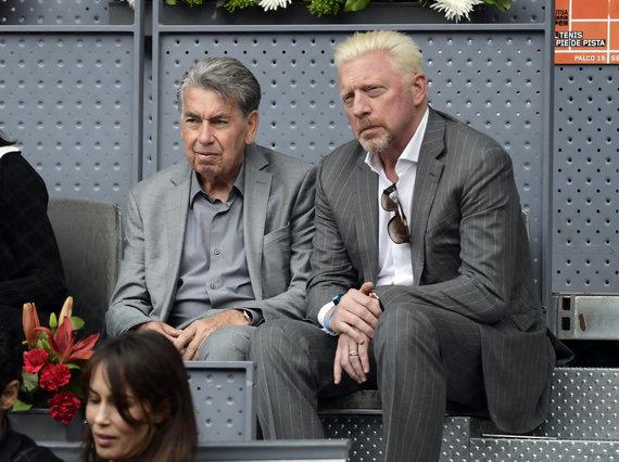 """AFP/""""Scanpix"""" nuotr./Manolo Santana (kairėje) ir Borisas Beckeris (dešinėje)"""