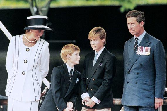 """""""Scanpix"""" nuotr./Princesė Diana su sūnumis Harry, Williamu ir princu Charlesu 1995-aisiais"""