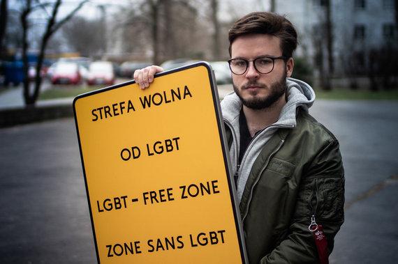 """Przemyslawo Stefaniako nuotr./ Bartas Staszewskis laikantis """"be LGBT"""" zonos ženklą"""