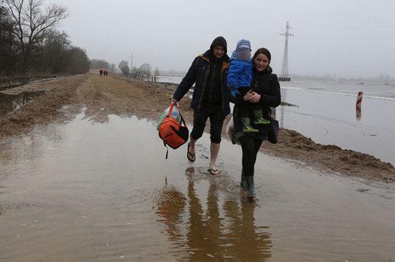 Egidijaus Jankausko nuotr./Taip šeimai teko grįžti namo po viešnagės pas uošvę Rusnės saloje.