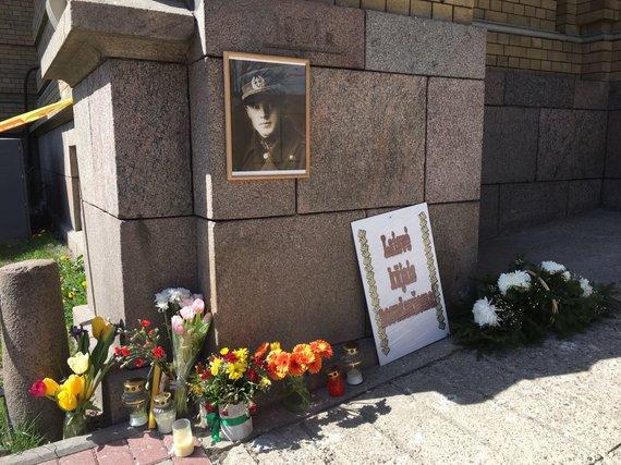 Žygimanto Gedvilos / 15min nuotr./Sudaužytos generolo Vėtros lentos vietoje – gėlės ir portretas