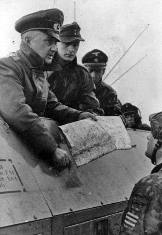 Knygos leidėjų nuotr./Šarvuotyje įsitaisęs W. Modelis konsultuoja maskuojamąja uniforma vilkintį karininką