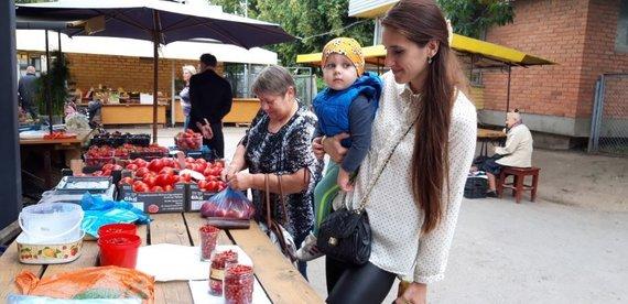 Jurgio Kochansko nuotr./Mama Danielių kilsteli, kad geriau pamatytų, kaip atrodo žemuogės, o kaip jos kvepia!