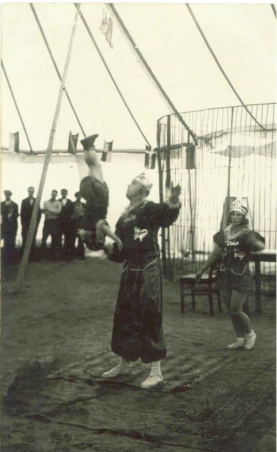Asmeninės A.Jancevičiaus kolekcijos nuotr./Francas ir Otilija Černiauskai Karado cirke 1935 m. Ant tėvo delno - būsimoji pasaulinė garsenybė Zigmundas Černiauskas.