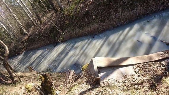 15min skaitytojo nuotr./Užterštas vandens kanalas Ežerėlyje