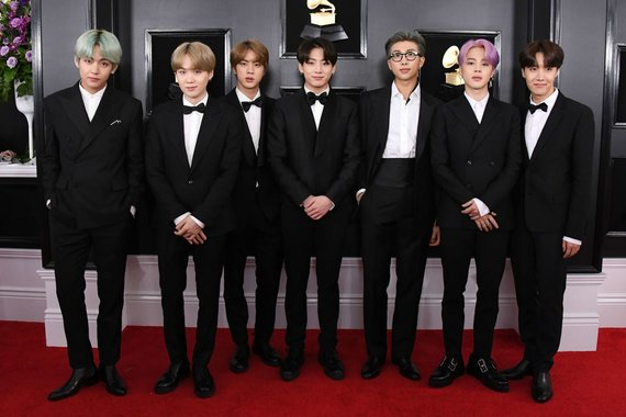 """""""Scanpix"""" nuotr./ Grupė BTS ( iš kairės Kim Taehyung (V), Min Yoon-gi (Suga), Kim Seok-jin (Jin), Jeon Jung-kook (Jungkook), Kim Nam-Joon (RM), Park Ji-min (Jimin), Jung Ho-seok (J-Hope)"""