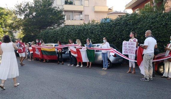 Filippo Bondani ir Agnė SuMonte nuotr./Laisvės kelio prie Baltarusijos ambasados Romoje akimirka