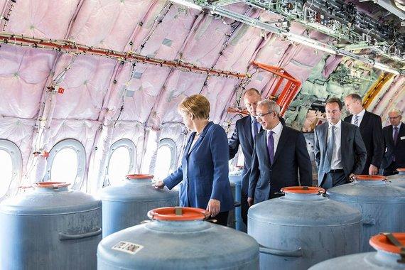 """Bundesregierung/Denzel nuotr./A.Merkel apžiūri """"Airbus"""" modelio lėktuvą orlaivių parodoje Berlyne 2014 m."""