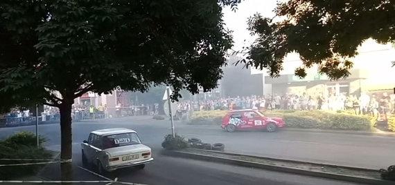 Stop kadras/Vengrijoje ralio automobilis įsirėžė į minią