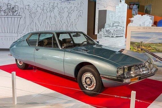 """Wikimedia nuotr./Priekiniai """"Citroën SM"""" žibintai sukiojosi kartu su vairu, taip suteikdami geresnį matomumą posūkiuose"""