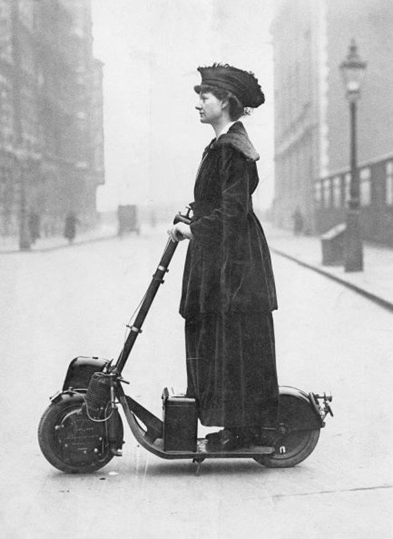 Žymi britų aktyvistė Florence Norman vyksta į darbą Autopedu. 1916 m. Londonas