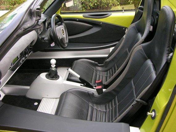 Wikimedia nuotr./Lotus Elise turi labai plačius ir aukštus slenksčius – jie automobiliui suteikia standumo ir tvirtumo