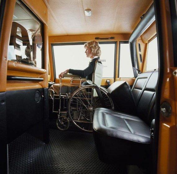 Volvo nuotr./Volvo City Taxi salonas buvo stebėtinai erdvus, o diržus jame pakeitė atrakcionus primenantis nuleidžiamas atitvaras