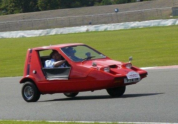 Wikimedia nuotr./Bond Bug turėjo tik vieną priekinį ratą, bet buvo neblogai subalansuotas ir pakankamai sportiškas