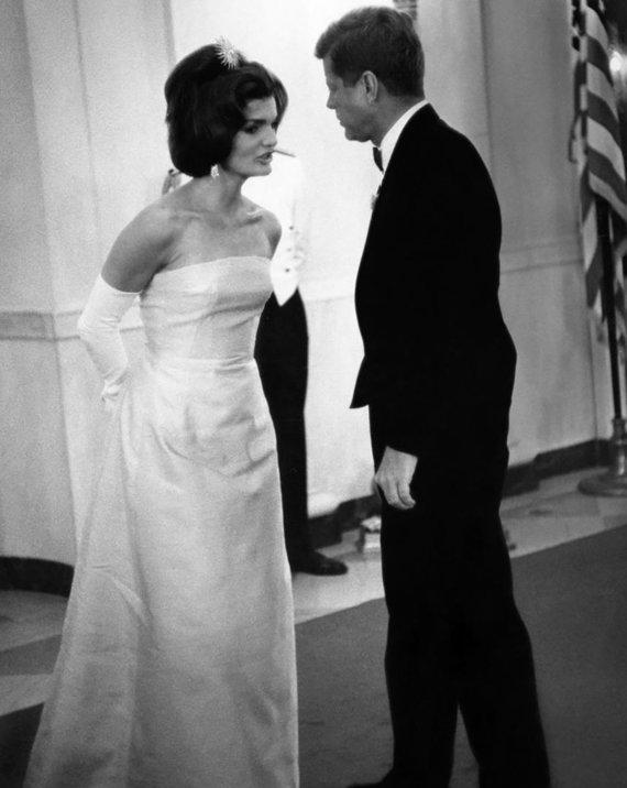 Vida Press nuotr./Jacqueline Kennedy 1962-aisiais su Olego Cassini suknele ir Johnas F. Kennedy