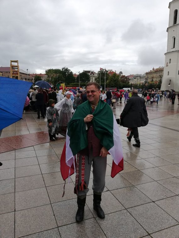 Bendruomenės albumo nuotr./ Istorine Mažosios Lietuvos vėliava apsijuosęs Sigitas Šamborskis