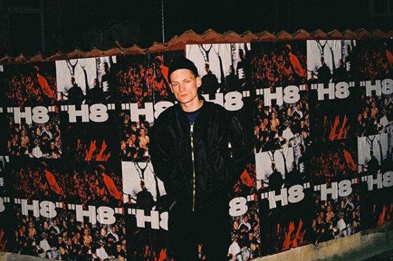 DJ Yung Žižek nuotr./B.Aleksandravičius prie albumo reklaminių plakatų