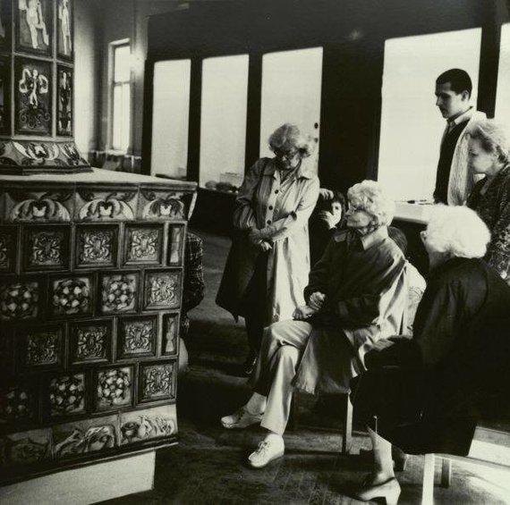 Prof. Marija Gimbutienė su prof. habil. dr. Inge Lukšaite ir habil. dr. Meile Lukšiene prie Valdovų rūmų krosnies maketo. Fotografas A. Tarvydas. 1993 m. Iš asmeninio A. Tarvydo archyvo.