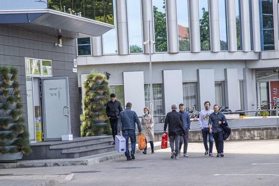 Ernestos Čičiurkaitės / 15min nuotr./Žmonės sugrįžta ir pradeda darbą biuruose