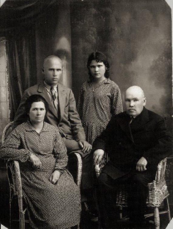 I.Korsakienės archyvai /Jadvyga Šušytė su šeima: tėvu Jonu, motina Magdalena, broliu Leonu (stovi)