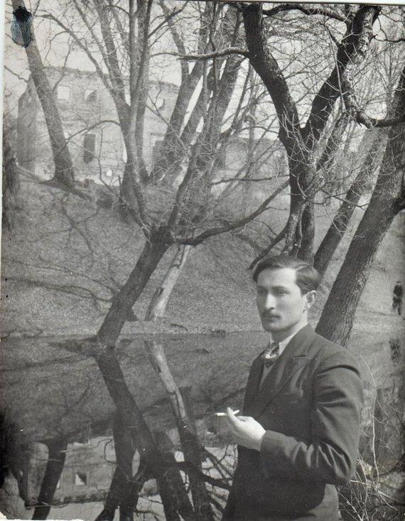 I.Korsakienės archyvai /Samuelis Evansevičius prie Biržų pilies; 1936 m.