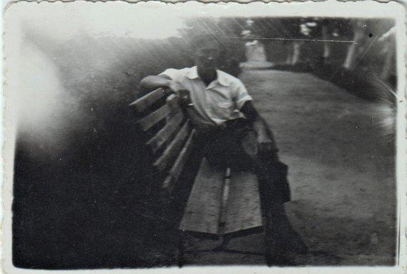 I.Korsakienės archyvai /S.Evansevičius sėdi ant suoliuko parke; Biržai