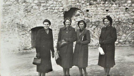 I.Korsakienės archyvai /J.Šušytė (antra iš dešinės) su draugėmis; prie Gedimino pilies Vilniuje; 1940 m. balandžio 28 d.