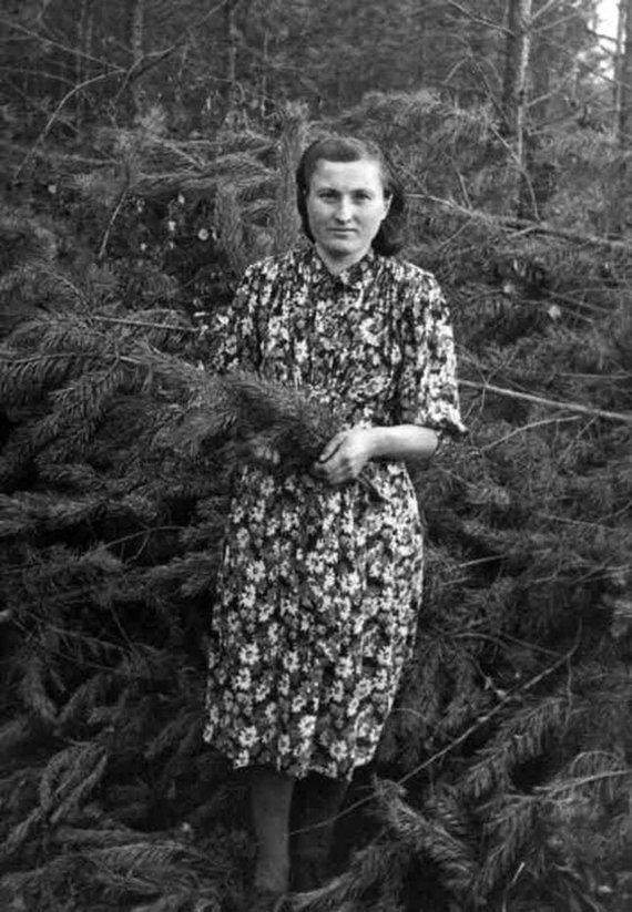 Asmeninio archyvo nuotr./Marijona Gricienė 1953 metais Irkutsko srities miške.