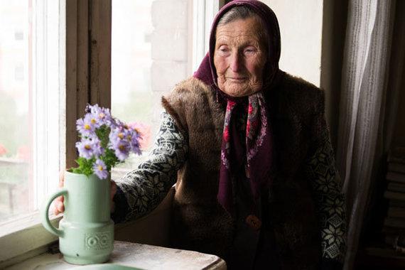"""Vitos Jurevičienės nuotr./Marytė iš sodo į namus nuolat parsiveža gėlyčių. """"Šernai"""" man yra kaip kurortas, kaip atgaivos uostas. Čia aš ir pavargstu, ir pailsiu, pabūnu gamtoje, susitinku su puikiais sodo kaimynais"""", – sako ji."""