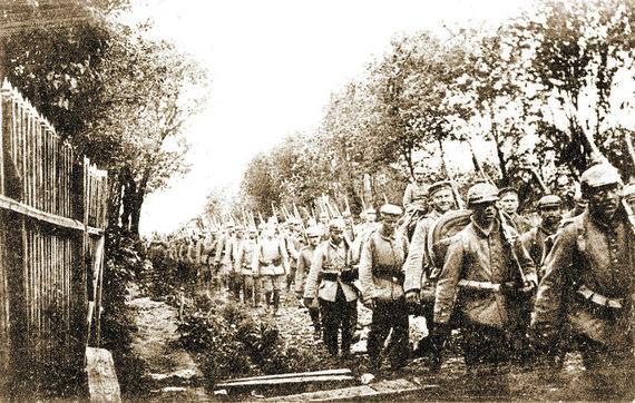 """Leidyklos """"Briedis"""" nuotr./Vokiečių kariuomenės kolona prie Raseinių"""