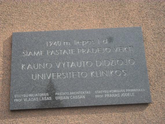 paminklinė lenta prie Klinikų centrinio pastato fasado