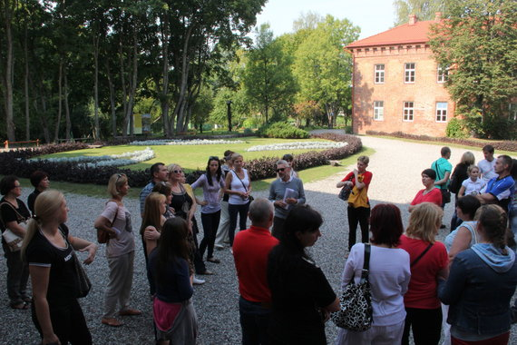 Ekskursijos dalyviai Raudonės dvaro parke