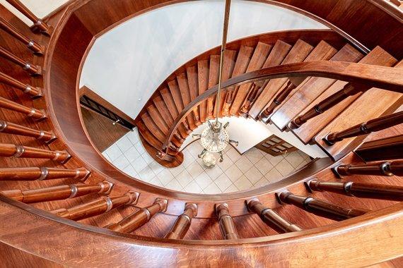 """""""Baltic Sotheby's International Realty"""" nuotr. /Pirmą ir antrą aukštą sujungia įspūdingi laiptai"""