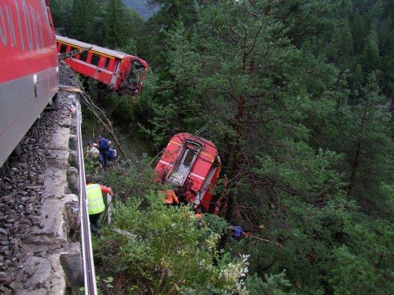 """""""Reuters""""/""""Scanpix"""" nuotr./Nuo bėgių nuvažiavęs traukinys"""