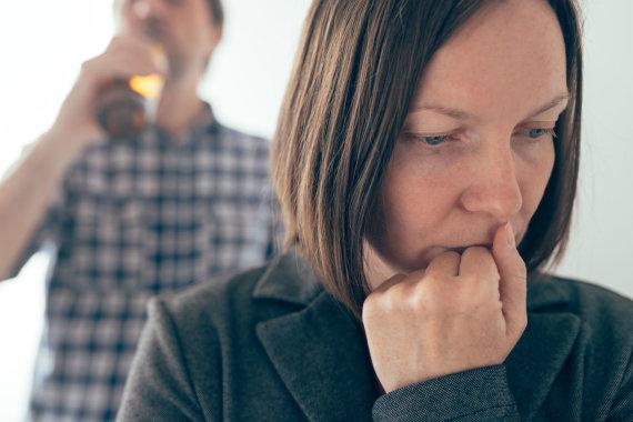 123RF.com nuotr./Gyvenantieji su priklausomu žmogumi kenčia nuolatinį smurtą