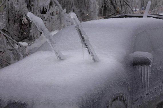 Vida Press nuotr./Apledėjęs automobilis