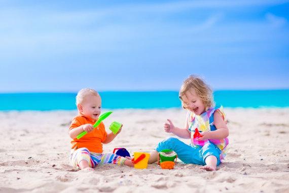 123RF.com nuotr./Vaikai žaidžia paplūdimyje