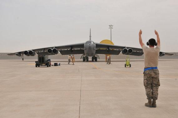 """Reuters""/""Scanpix"" nuotr./JAV bombonešis B-52 bazėje Katare"