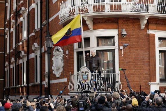 """Scanpix""/AP nuotr./Julianas Assange'as Ekvadoro ambasadoje Londone"