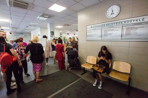 Vidmanto Balkūno / 15min nuotr./Migracijos valdyboje Vilniuje žmonės priversti laukti eilėse