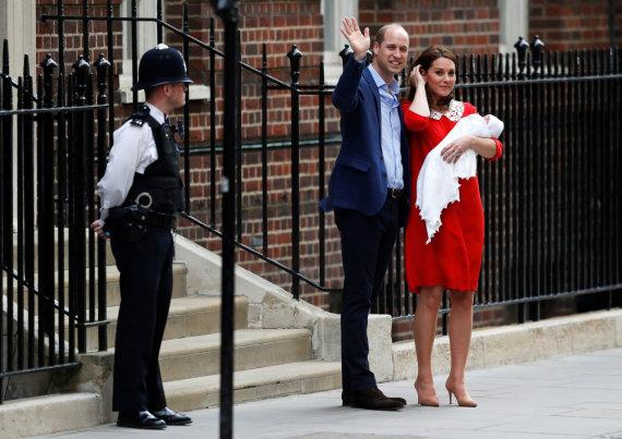 """""""Reuters""""/""""Scanpix"""" nuotr./Princas Williamas ir Kembridžo hercogienė Catherine su sūnumi"""