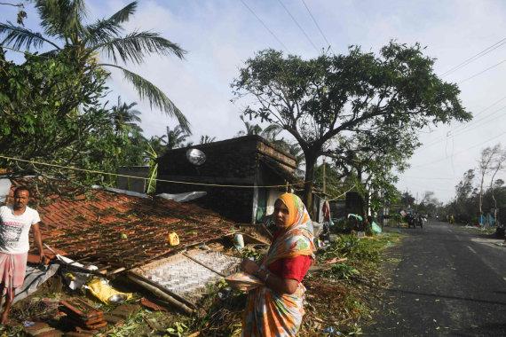 """AFP/""""Scanpix"""" nuotr./Dėl ciklono Bangladeše evakuojami žmonės"""