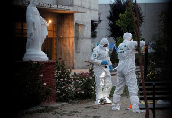 """""""Reuters""""/""""Scanpix"""" nuotr./Čilės pareigūnai prie Molotovo kokteiliais apmėtytos bažnyčios"""