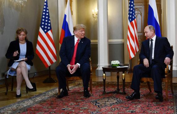 """AFP/""""Scanpix"""" nuotr./D.Trumpas ir V.Putinas ilgai bendravo vien vertėjų akivaizdoje"""