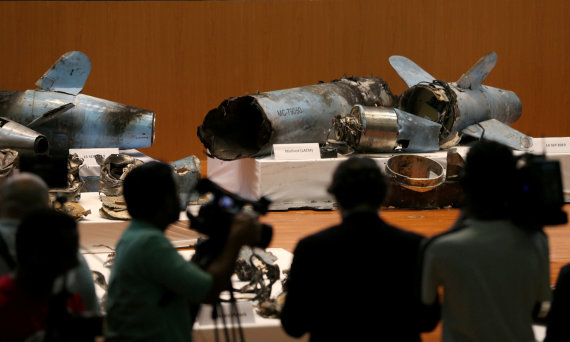 """""""Reuters""""/""""Scanpix"""" nuotr./Saudo Arabijoje trečiadienį pademonstruotos bepiločių orlaivių ir raketų nuolaužos"""