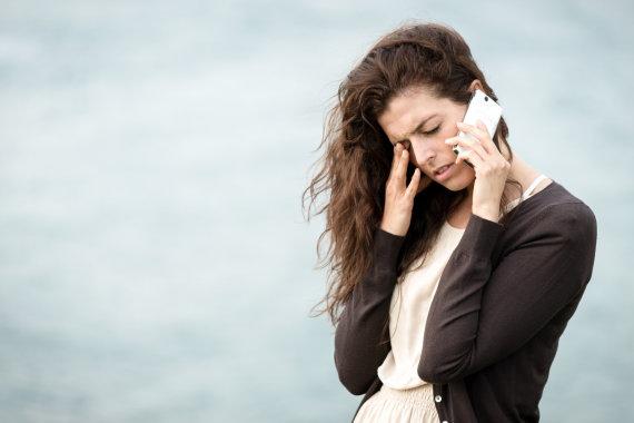 """Fotolia"" nuotr./Liūdna mergina kalba telefonu"