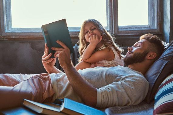 123RF.com nuotr./Tėtis skaito knygą dukrai