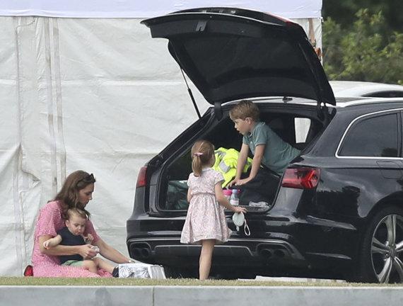 """""""Scanpix"""" nuotr./Kate Middleton su princais George'u, Louisu ir princese Charlotte"""
