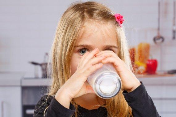 Vida Press nuotr./Mergaitė geria pieną