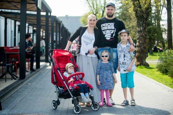 """""""We will grill"""" dienos nuotr./Rūta Ščiogolevaitė ir Rolandas Damijonaitis su vaikais"""